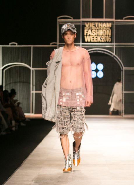 Dem 2 fashion week: Nguoi mau chay tan loan tren san dien - Anh 8
