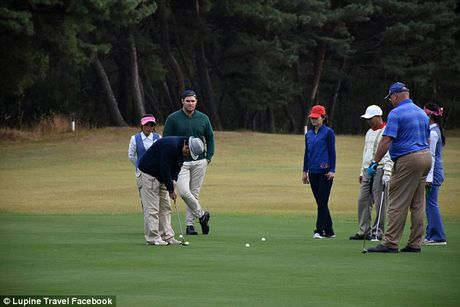 2 nguoi gia mao golf thu, lieu linh sang Trieu Tien thi dau - Anh 2