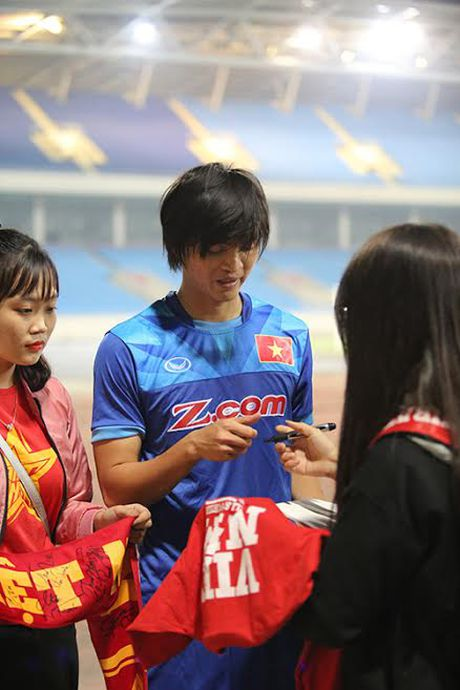 Cong Phuong, Tuan Anh bi hot girl quay chat ngay ve nuoc - Anh 3