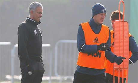 Mourinho ly giai viec Schweinteiger duoc tro lai tap luyen o Man Utd - Anh 2