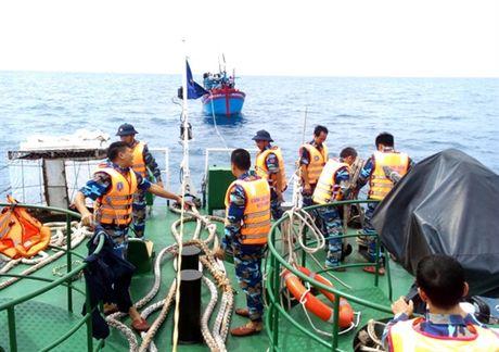Canh sat bien cuu thanh cong tau chet may tren vung bien Quang Tri - Anh 1