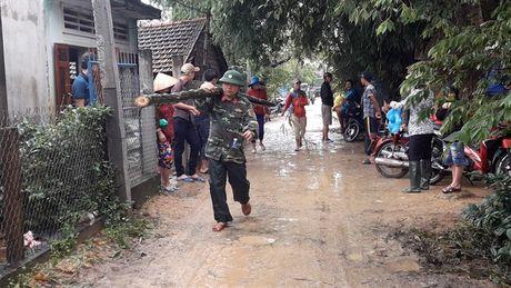 Bo song Ha Thanh sat lo, nhieu nha dan co nguy co bi cuon troi - Anh 1