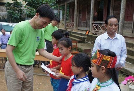 Bao NTNN cung Cau lac bo Global Friends ho tro hoc sinh xa ngheo Nghe An - Anh 10