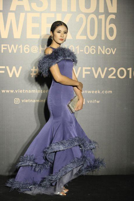 Dan hoa, a hau kieu sa tren tham do Vietnam International Fashion Week - Anh 10
