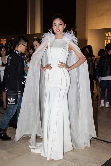 Dan hoa, a hau kieu sa tren tham do Vietnam International Fashion Week - Anh 3