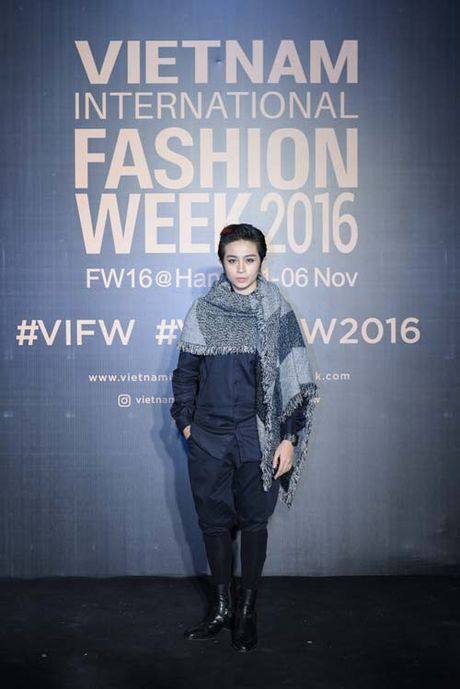 Dan hoa, a hau kieu sa tren tham do Vietnam International Fashion Week - Anh 5