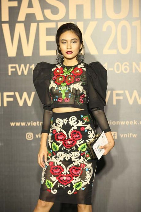 Dan hoa, a hau kieu sa tren tham do Vietnam International Fashion Week - Anh 9