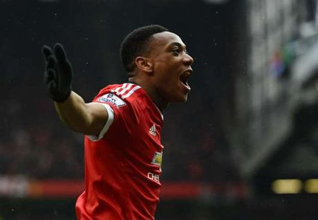Anthony Martial sa sut vi bi Ibra 'cuop' ao so 9 - Anh 1