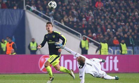 Mesut Oezil, trong cuoc phat kien mang hinh bong Bergkamp - Anh 1