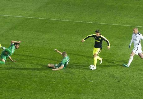 Mesut Oezil, trong cuoc phat kien mang hinh bong Bergkamp - Anh 2