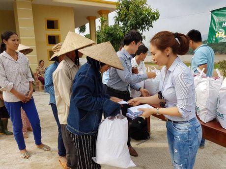 Trao 370 suat qua cho dan vung lu Chau Hoa - Anh 4