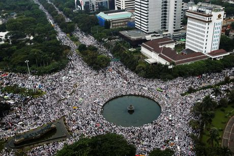 Cuoc bieu tinh khong lo o Indonesia chong thi truong Jakarta - Anh 1