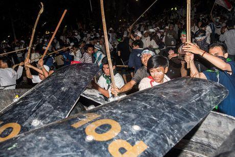 Cuoc bieu tinh khong lo o Indonesia chong thi truong Jakarta - Anh 2