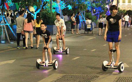 Cam kinh doanh xe dien tu can bang tren pho di bo Ho Guom - Anh 1