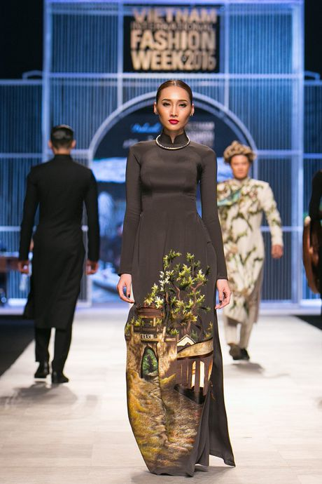 Trang Khieu, A hau Truong Thi May can quet san catwalk - Anh 1