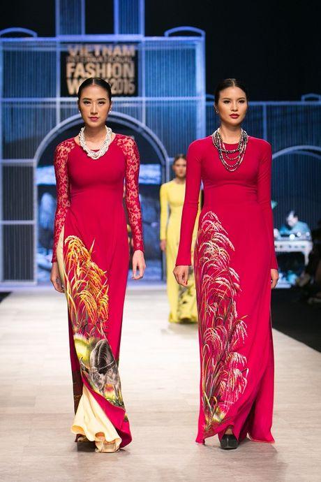 Trang Khieu, A hau Truong Thi May can quet san catwalk - Anh 2