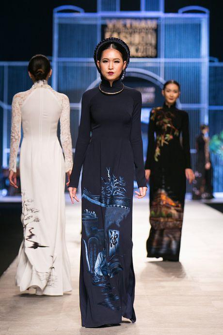 Trang Khieu, A hau Truong Thi May can quet san catwalk - Anh 9