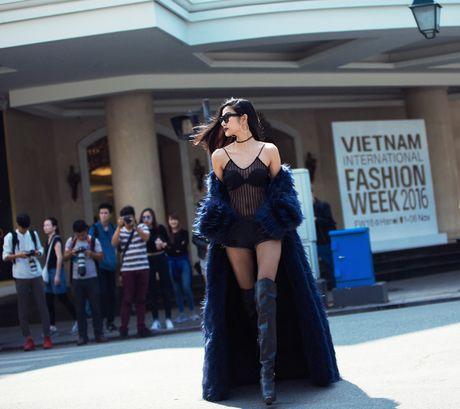 Hoang Thuy mac xuyen thau gay nao loan duong pho Ha Noi - Anh 2