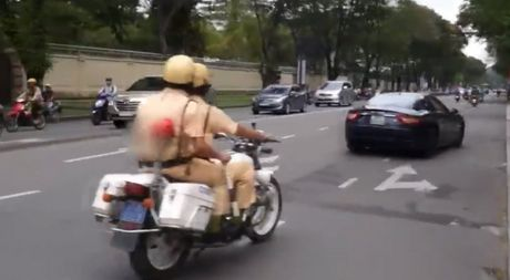 Clip sieu xe net po truoc mat CSGT Sai Gon, cau be dan toc cover lien 4 hit Son Tung M-TP - Anh 1