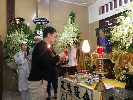 Dong dao nghe si nghen ngao dua 'ma' Ut Bach Lan ve chua An Quang - Anh 10