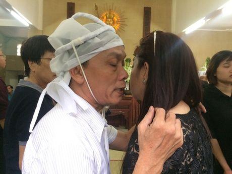 Dong dao nghe si nghen ngao dua 'ma' Ut Bach Lan ve chua An Quang - Anh 12