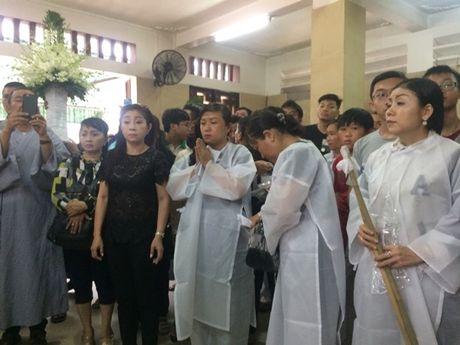 Dong dao nghe si nghen ngao dua 'ma' Ut Bach Lan ve chua An Quang - Anh 16