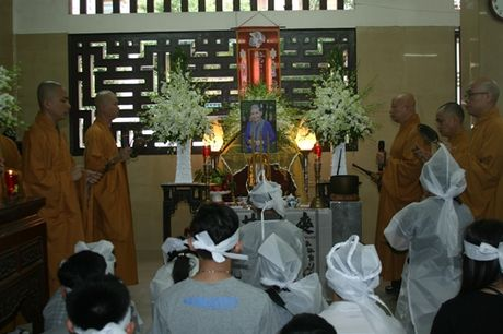 Dong dao nghe si nghen ngao dua 'ma' Ut Bach Lan ve chua An Quang - Anh 6