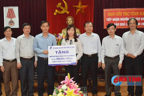 VNPT va TP Thanh Hoa trao tien ho tro dong bao lu lut Ha Tinh - Anh 1