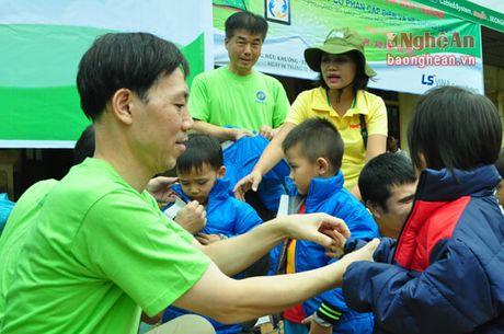 Trao qua tri gia hon 300 trieu dong cho ho ngheo Tuong Duong - Anh 2