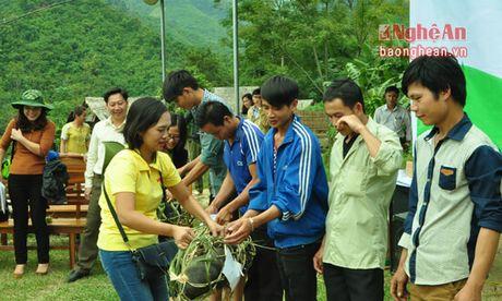 Trao qua tri gia hon 300 trieu dong cho ho ngheo Tuong Duong - Anh 3