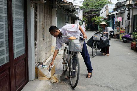 Me con 've chai' boi tung thung rac hanh phuc voi nhung huy chuong hoc gioi - Anh 1