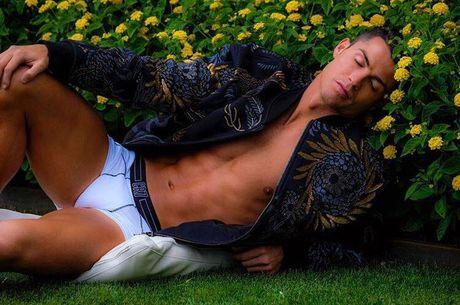 Ronaldo lai gay soc voi anh ban nude 'nu tinh' - Anh 1
