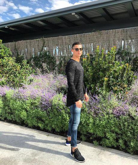 Ronaldo lai gay soc voi anh ban nude 'nu tinh' - Anh 2
