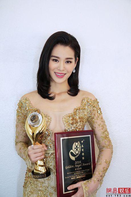 Ho Hanh Nhi dien vay xuyen thau len nhan giai o My - Anh 1