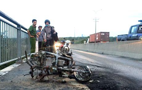 Xe tay ga boc chay tro khung tren cau Phu My - Anh 1