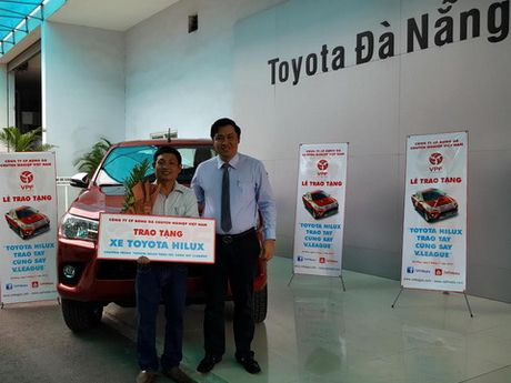VPF trao tang xe Toyota Hilux cho khan gia may man - Anh 1