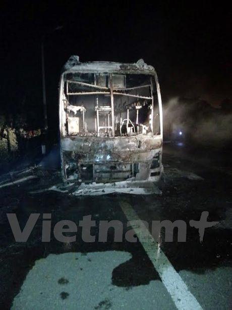 Quang Ninh: Xe khach giuong nam bat ngo boc chay khi dang luu thong - Anh 3