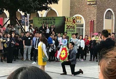 Bi kich cua chang trai lay hoa tang le cau hon - Anh 1