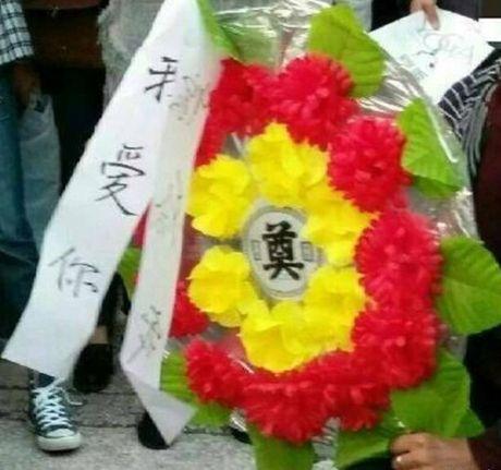 Bi kich cua chang trai lay hoa tang le cau hon - Anh 2
