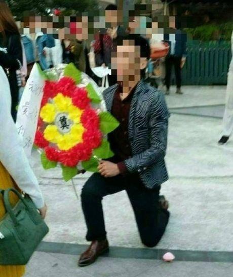 Bi kich cua chang trai lay hoa tang le cau hon - Anh 3