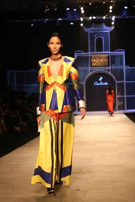 Phi Phuong Anh do catwalk cung Hoang Thuy - Anh 2