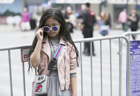 Hot girl nhi so 1 Ha thanh khoe street style chat lu - Anh 4