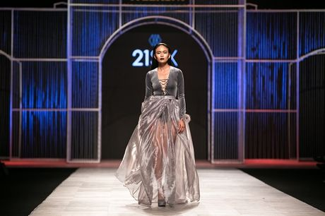 Mau Thuy first-face, Hoang Thuy vedette 'dot chay' san catwalk - Anh 1