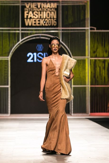 Mau Thuy first-face, Hoang Thuy vedette 'dot chay' san catwalk - Anh 2