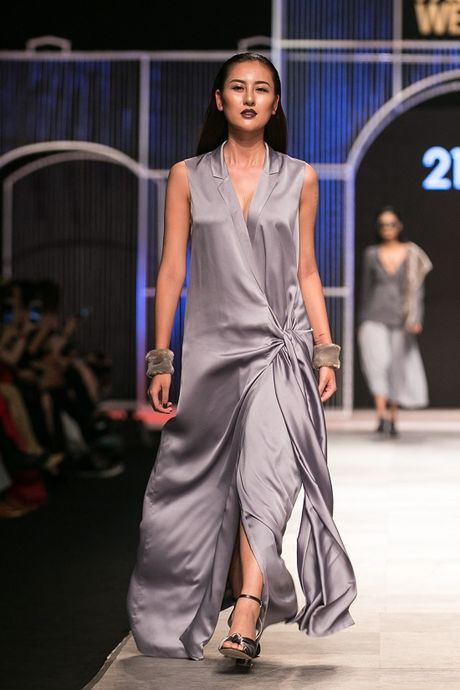 Mau Thuy first-face, Hoang Thuy vedette 'dot chay' san catwalk - Anh 4