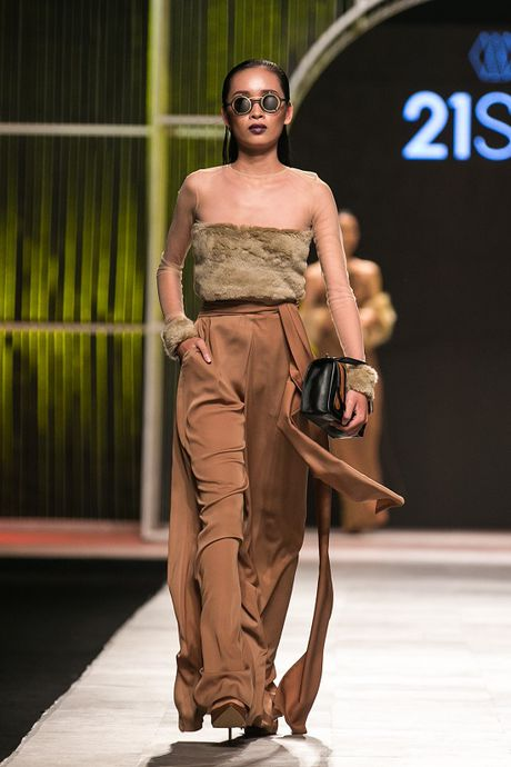 Mau Thuy first-face, Hoang Thuy vedette 'dot chay' san catwalk - Anh 5