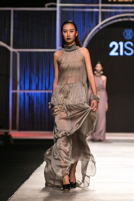 Mau Thuy first-face, Hoang Thuy vedette 'dot chay' san catwalk - Anh 8