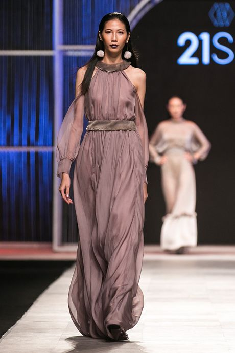 Mau Thuy first-face, Hoang Thuy vedette 'dot chay' san catwalk - Anh 9