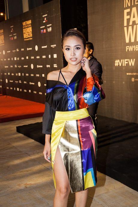 Vang Midu, Phan Thanh le bong tren tham do thoi trang o Ha Noi - Anh 5