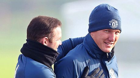 BAN TIN The thao: 'M.U doi xu voi Schweinsteiger nhu thang hui' - Anh 1